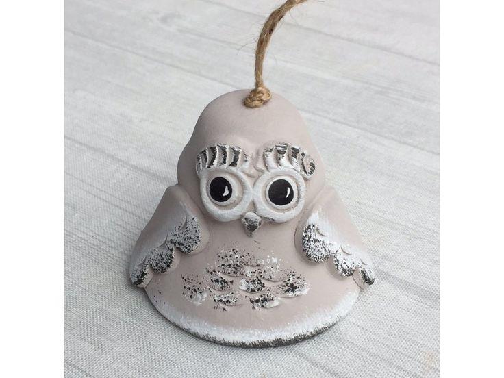 Keramický zvonek modelovaný do tvaru roztomilé okaté sovičky v cappuccinovém provedení.