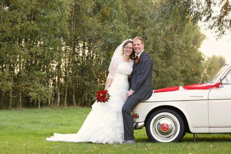 Een mooie foto van een mooi bruidspaar met de volvo trouwauto Amazon. Mooie keuze van dit stel voor een rood boeket en rode versiering op de auto. http://www.volvo-trouwauto.nl/