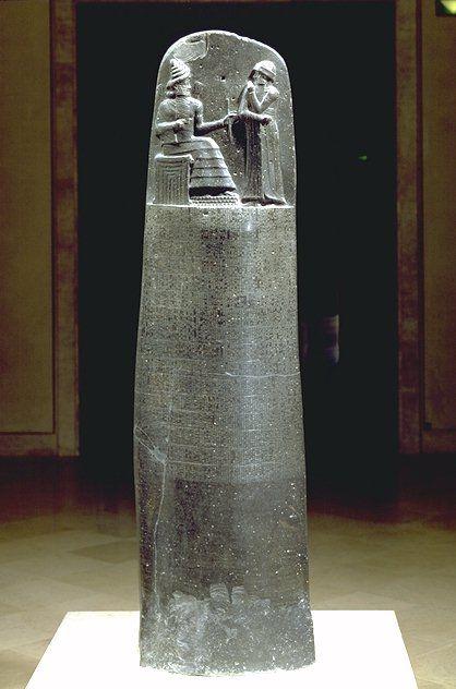 Stèle du code de Hammurabi. 1792-1750 av JC. musée du Louvre.  Cette stèle de 2,25m de haut, taillée dans un bloc de basalte, est le symbole de la naissance de l'état de droit.  Y figure les plus anciennes lois écrites de la planète : le code de Hammurabi, gravé en cunéiformes à Babylon, l'ancêtre de Bagdad. Hammurabi voulais homogénéiser le droit dans toutes les régions qu'il avait  conquises, il fit alors graver le code sur des stèles installées sur les places publiques.