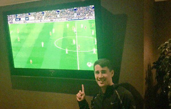 Bojan viendo el partido Barça-Roma