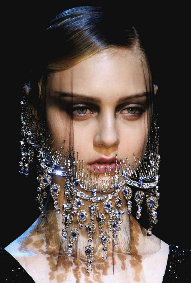 """Tenue """"Eau"""" : voile, transparence, diamants espacés pour gouttes, fil transparent pour lier."""
