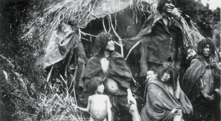 """Familia """"alacalufe"""", fotografía de T. Franciscovic (1930). Para las tribus nómades del extremo sur """"no era relevante la diferencia entre un dolor físico y un malestar anímico, ya que cualquier malestar que afectara su disposición anímica y que los hiciera caer en un estado de tensión o depresión constituía una káwaketan o enfermedad""""."""