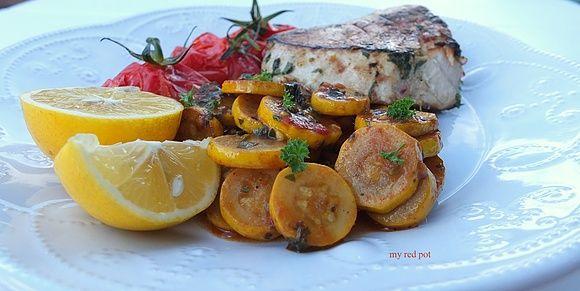 Stek z tuńczyka i cukinia w sosie pomidorowym