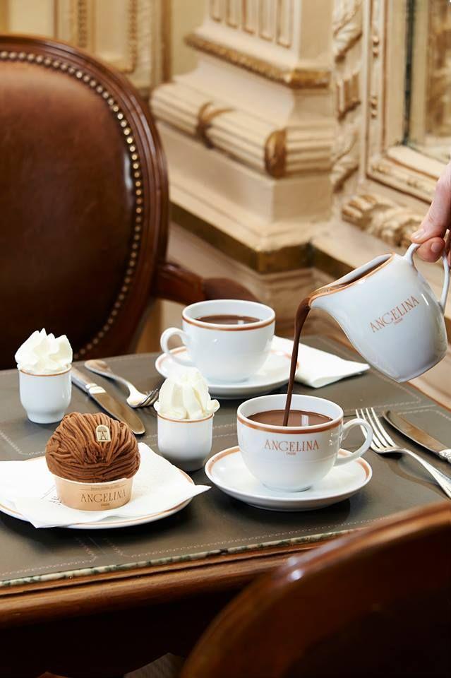 Vlakbij het Louvre kun je genieten van een heerlijk kopje warme chocolade in de elegante salon van Angelina. Ga bij voorkeur wel doordeweeks, in het weekend sta je waarschijnlijk urenlang in de rij met je loodzware shopping bags.   - harpersbazaar.nl