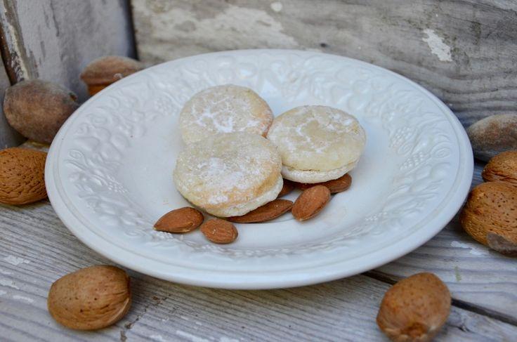 De jolis petits biscuits très faciles à faire mais très gourmands! Ingrédients pour une trentaine de macarons : 200 g d'amandes en poudre 350 g de sucre glace   50g pour le saupoudrage 2 gouttes d'extrait d'amande amère 4 petits blancs d' oeufs Préparation...