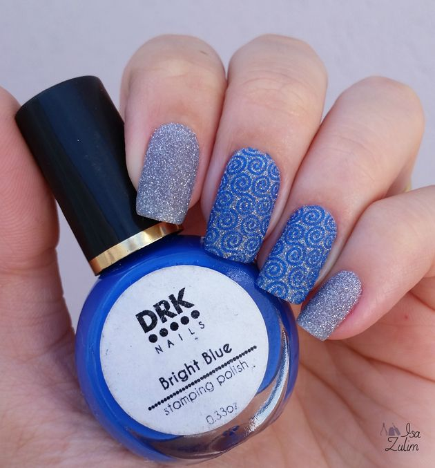 Nail art unha decorada com esmalte azul texturizado