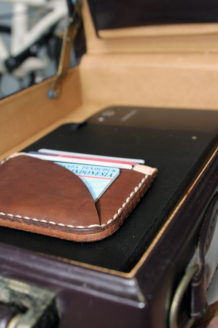 Vintage leather suitcase always suits our style... HOLAROCKA  #leathergoods #leather #leatherwallets #indonesia #fashion #style