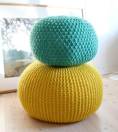 Giant knitted pouf tutorial -- we love knitted home decor!
