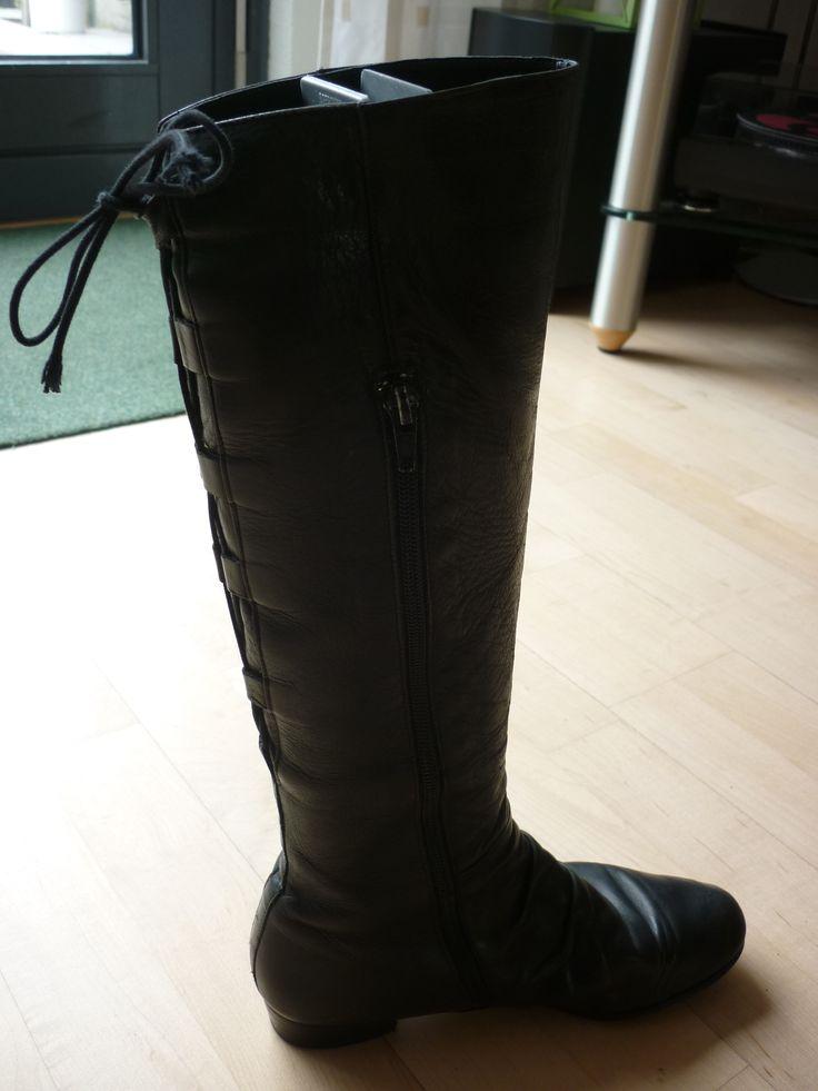 Zwarte laarzen met een veter van achter en een rits aan de zijkant.