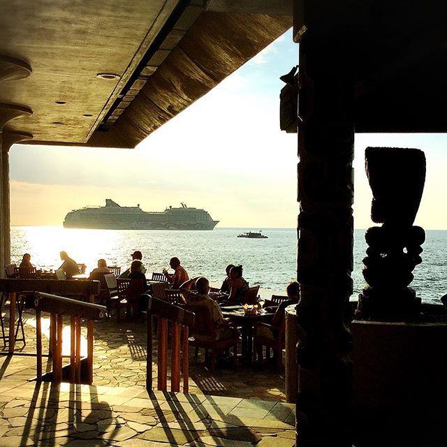 【aloharamu_naia】さんのInstagramをピンしています。 《アロハ〜♪ハワイ島で好きなカフェのひとつがここ💖 壁がなくて風が自由に吹き抜け、サンセットも正面に見える☀️🌊もちろん海が目の前‼️ この日はクルーズ船が沖に停まってた⛴ティキも一緒にサンセットを眺めます💖💖 マハロ美スタイル∞覚醒ごはん✨ナイア🐬  #ハワイ #ハワイ島 #コナ #サンセット #レストラン #海 #クルーズ船 #風 #吹き抜け #ティキ #お気に入り  #マハロ #マハロ美スタイル #覚醒 #覚醒ごはん #ナイア》
