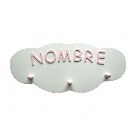 Perchero personalizado con forma de nube. Nombre y tres colgadores lacados en rosa claro. Lo encontrarás en www.lafabricadeladecoracion.com