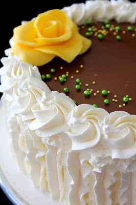 Tänä vuonna teinkin lapsille (ja miehelle) syntymäpäiväkakuksi vain ihan perinteisen kinuskikakun. Meillä kukaan ei oikein pidä sokerima...