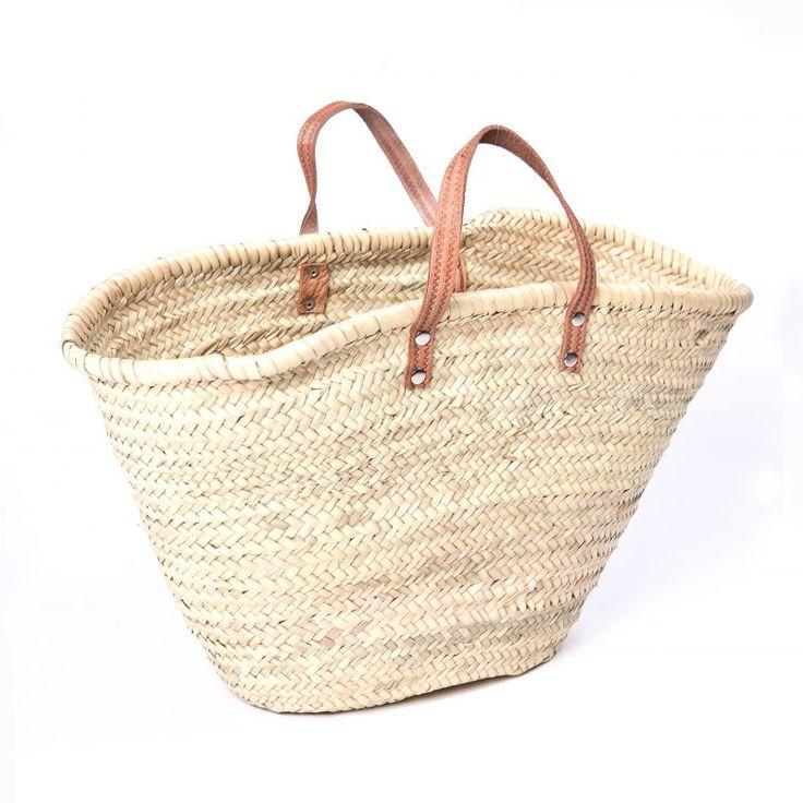 Tento koš byl vyroben ručně v Maroku, z palmovýchlistů. Jde o ekologický a etický produkt. Hodí se na nákupy, ke skladování, napiknik či pláž. Je velmi lehký, ale zároveň skvěle drží tvar. Při jakékolideformaci je možné jej lehce namočit a vytvarovat do původní podoby.Ucha jsou z přírodní kůže, dlouhé přibližně 16 cm (doruky). Délka přibližně 50 cm, výška přibližně 38 cm.Každý kus je originál a může se tedy mírně lišit odilustrační fotografie. Drobné nepravidelnosti zpracování ...