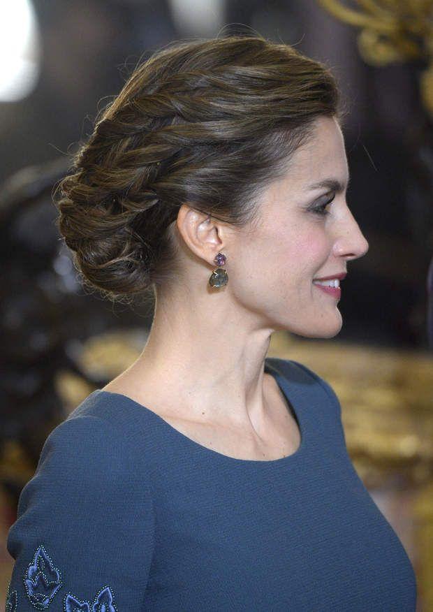 la reine Letizia d'Espagne lors de la parade Pâque militaire à Madrid, le 6 janvier 2017Letizia d'Espagne, en robe longue bleue du couturier espagnol Felipe Varela, lors de la parade Pâque militaire à Madrid, le 6 janvier 2017. La reine avait choisi une mise en beauté simple et naturelle, sublimée par un élégant chignon tressé.