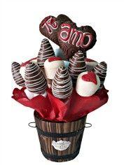 12 Fresas Premium Bañadas de Chocolate, variada decoración. 2 Diseños de Manzana en forma de Corazon cubiertas de Chocolate de Leche y decoradas. 8 Marshmallows decorados con corazones Forman un Delicioso arreglo frutal en una base tipo Rustica.  23 Piezas Aproximadamente!