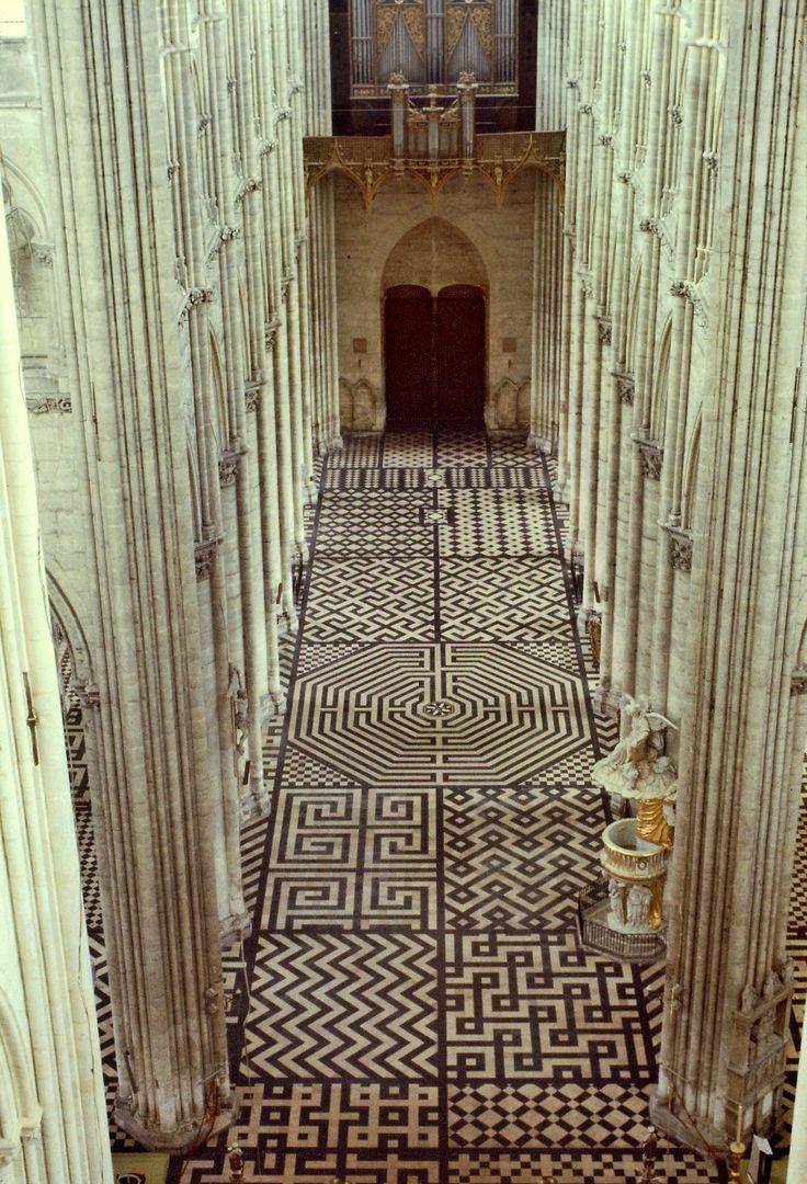 Pavimento geométrico y laberinto de la catedral de Amiens. Francia. Laberinto de la catedral de Amiens, vista del cuerpo de luces