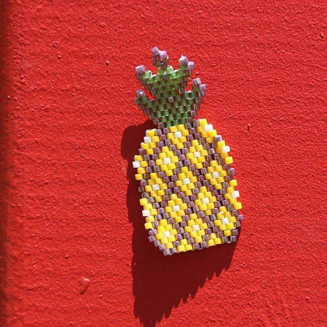 Plaj partilerinde buz gibi tropik kokteylinizden yudumlamak kadar keyifli bir aksesuar. Merimade tasarım'dan ananas broş. Göz alıcı, renkli ve eğlenceli bir tasarım.  #merimade #broş #ananas #ananasbroş #miyuki #miyukibeads #boncukaksesuar #elyapimi #diy #handmade
