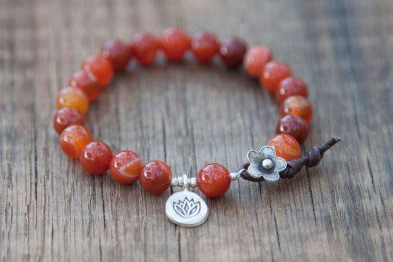 Lotus pulsera - pulsera de ágata roja Yoga con un encanto tailandés Lotus plata terminó con un cierre de plata flor de cuero y tailandés