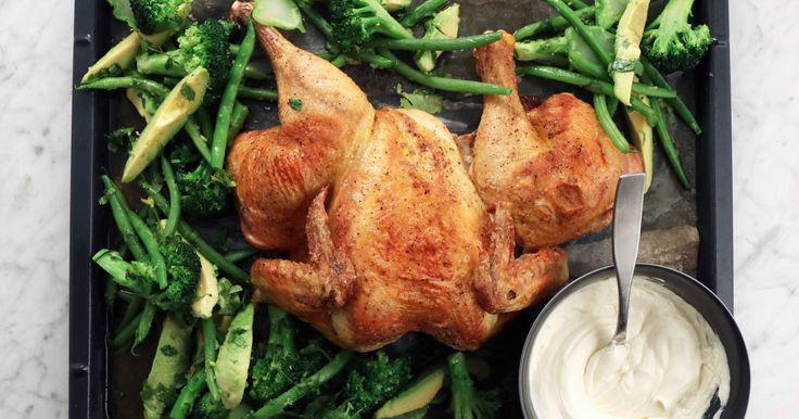 Att tillaga hel kyckling i ugn är betydligt enklare än vad många tror, dessutom är det ofta prisvärt. Skjutsa in din kyckling i ugnen, sen sköter den sig själv medan du fixar tillbehör och dukar middagsbordet. Perfekt comfort food!