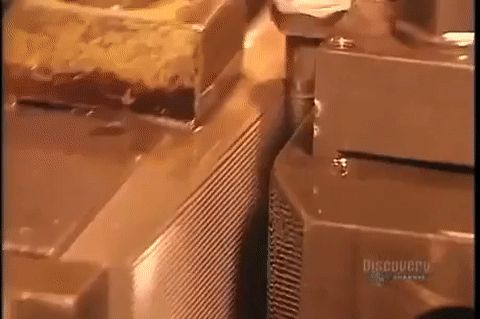 Una máquina socava los surcos de un perno haciéndolo rodar entre los dos moldes que imprimen el patrón. #ranuras #roscado #perno #mecánica #máquina http://www.pandabuzz.com/es/scienceporn-del-dia/perno-roscado