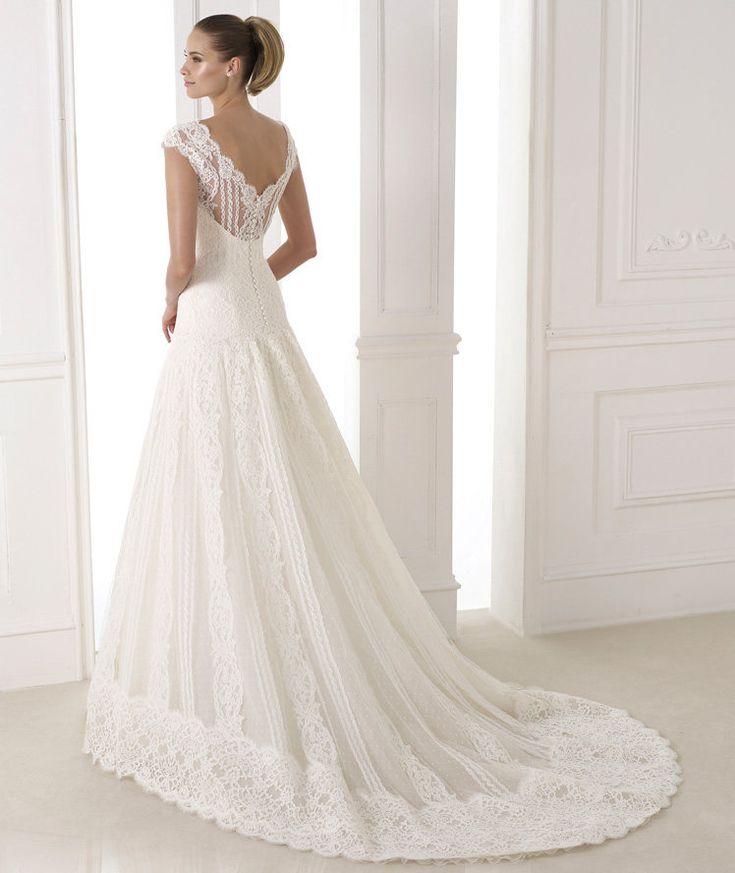 Venha conhecer a beleza dos vestidos da coleção de 2015 da Pronovias. Muita renda, tecidos estruturados e modelos clássicos para as noivinhas de plantão!