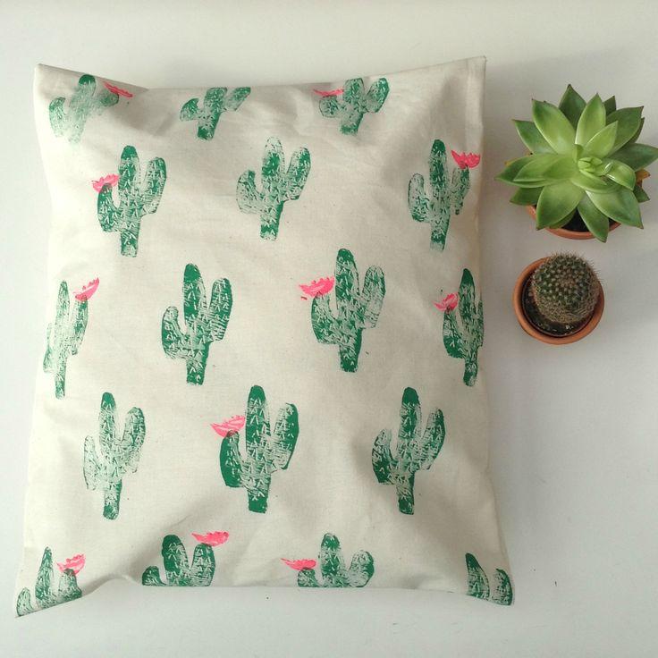 Hand printed cactus pillow. -Opção de carimbo para os guardanapos