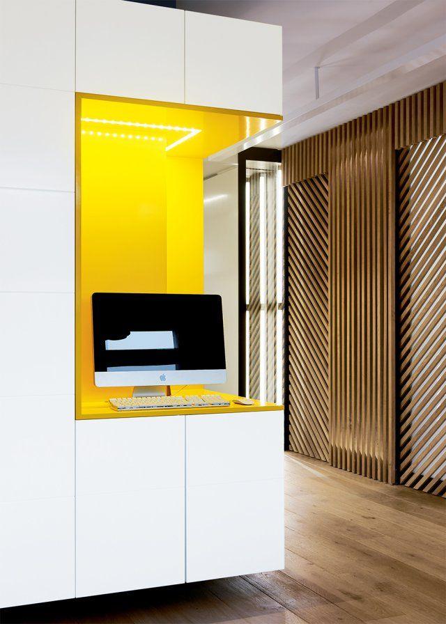 Un bureau encastré  jaune et blanc