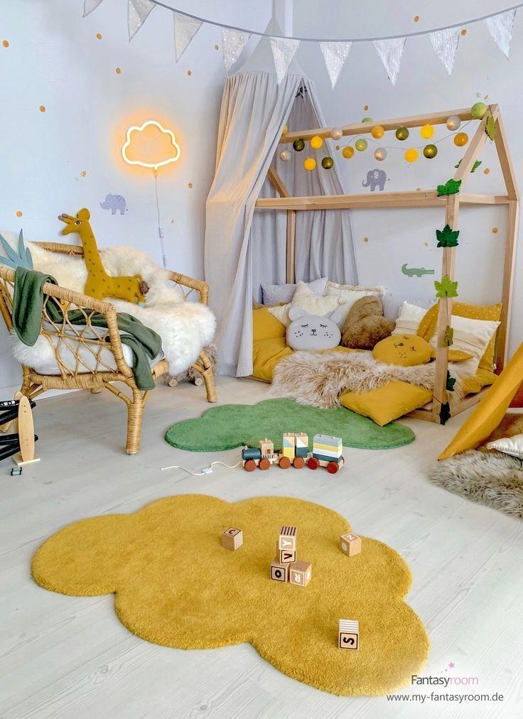 Chambre Jungle avec un lit de maison et des accessoires jaune moutarde et vert forêt
