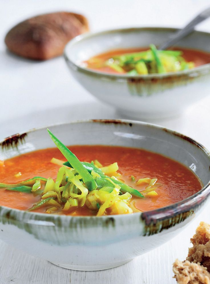 Fantastisk opskrift på Thai-inspireret tomatsuppe med karrystegte porrer og…