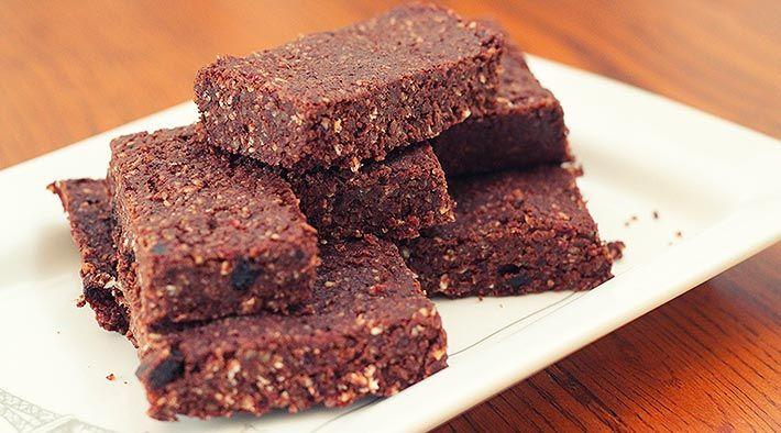 Low Carb Rezept für High-Protein Schokoladen-Brownies. Wenig Kohlenhydrate und einfach zum Nachkochen. Super für Diät/zum Abnehmen.