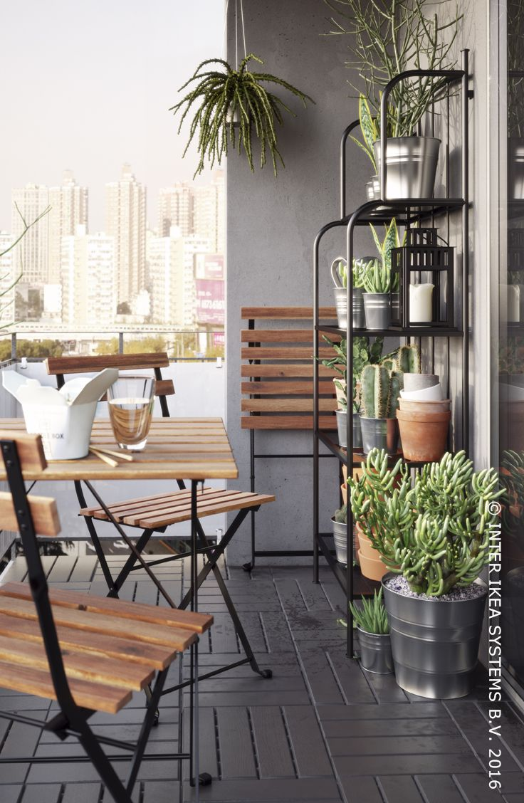 Wat is er beter dan een drankje en hapje op je terras, als het weer het toelaat? Tafel TÄRNÖ #IKEABE #lente