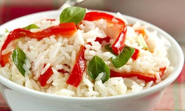 · 1 xícara (chá) de arroz  - · 300 ml de água fervente  - · 1 colher (sopa) de óleo  - · 1 colher (sopa) de azeite  - · 2 dentes de alho picados  - · 1 pimentão vermelho  - · 1/2 xícara (chá) de folhas de manjericão  - · Sal a gosto