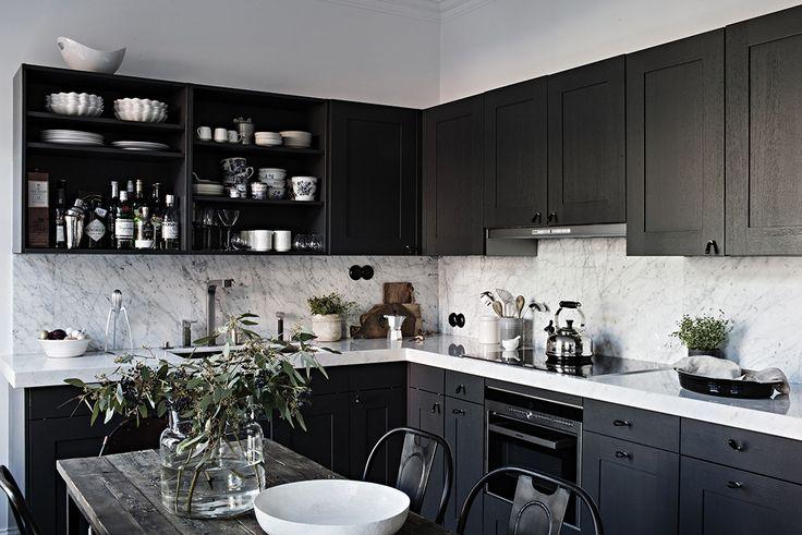 Platsbyggt kök i mörk ek med carraramarmorskiva
