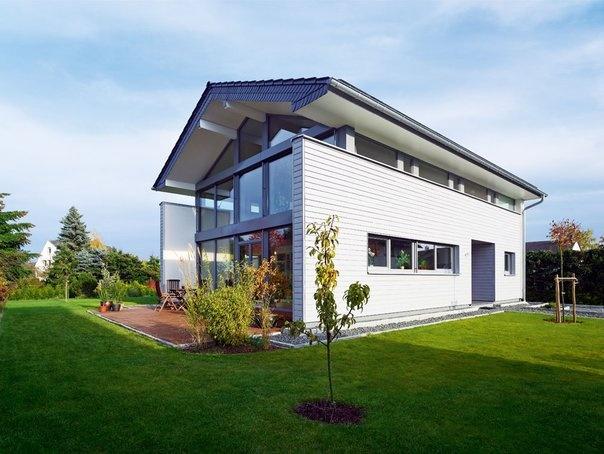 Nice Plusenergiehaus Von Becker U0026 Sohn, Mit Flachen Satteldach Und Großen  Fensterflächen An Der Stirnseite.