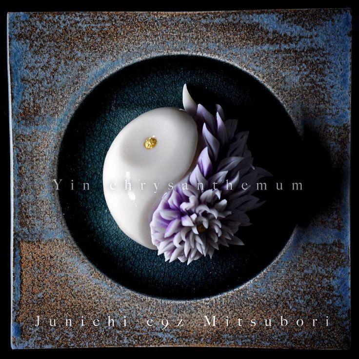 """「一日一菓 「#陰陽 菊」 #煉切 製 #wagashi of the day""""#Yin chrysanthemum"""" 本日は「陰陽菊」です。 #針切り にて表現しました。 白の部位のみ寒天で加工を施してあります。 Today is the """"yin and yang chrysanthemum"""". #…」"""