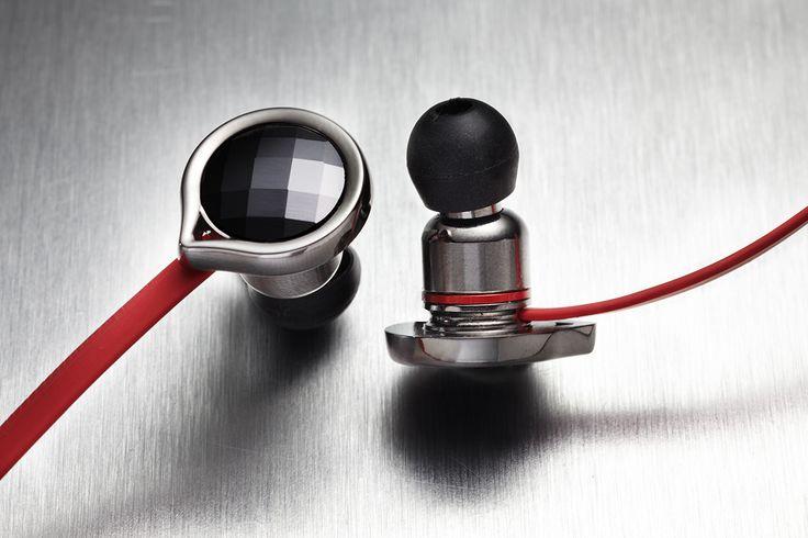 Ausführung Aluminium-Magnesium mit Swarovski@Elements schwarz, dynamischer 8mm-Treiber, Impedanz: 18 Ω, Gewicht: 19 g, Kabel: 1.2m