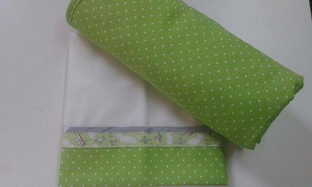 Conjunto de lençóis de berço e colcha. BabyHome Handmade.