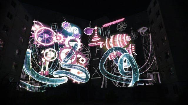 """Ce projet """"son et lumière"""" précède la destruction du bâtiment de la cité de l'Europe, une barre HLM de la ville de Liévin d'où les habitants sont partis.  Après un concert, dont une scène slam avec les jeunes du quartier qui ont pris la parole, le mapping s'est installé sur près de 900 mètres carrés de surface. Un projet d'environ deux mois de création.  Bon voyage.   Aide à la réalisation, polyvalent à la 3D : Simon LEBON  Conception générale, musique, image et développement logic..."""