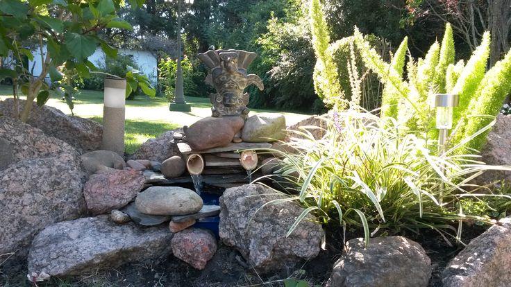 Fuente con piedras bambú y adorno un regalo que le trajeron a papa de México en 1970 mundial de fútbol