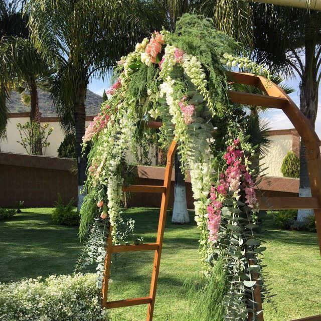 Hermoso arco de flores para entrada a ceremonia civil for Arcos para jardin