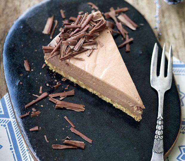 Opskrift på virkelig lækker chokolade-cheesecake, der giver den traditionelle ostekage et ekstra sødt og bittert strejf. Den cremede kage bliver ledsaget af en sprød kiksebund og chokoladespåner på toppen!