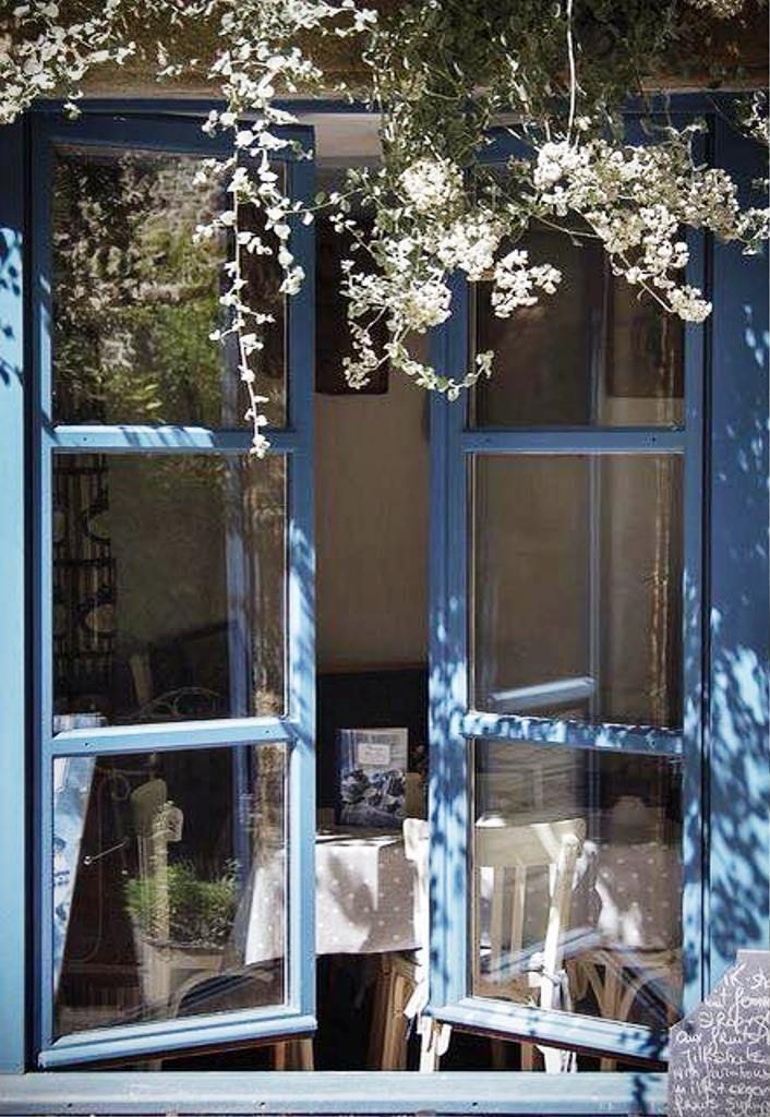 ventanas azules con corona de flores