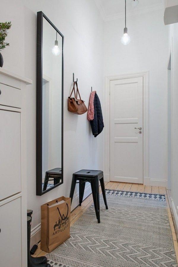 Γγρ│ Un style épuré, du blanc, du confort avec un tapis et un miroir pour agrandir visuellement l'espace.
