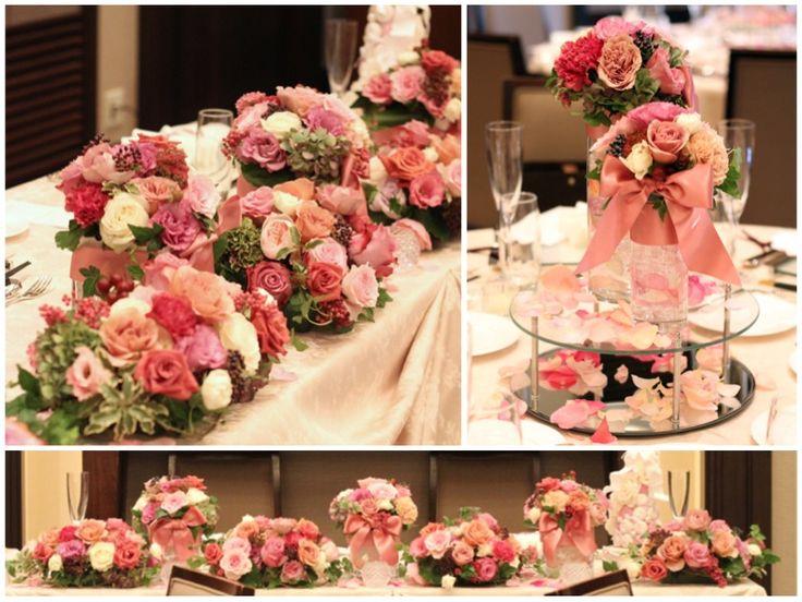 スモーキーピンクやベージュピンク、紅茶色のシックなバラに紅葉したあじさいや実ものをあわせた、秋らしい会場装花。 メインテーブルにはボリュームのあるアレンジを高さ違いで並べてゴージャスな雰囲気に。