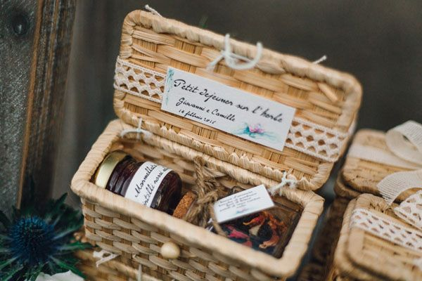 the perfect favor for a picnic wedding: jam and loose tea in a basket