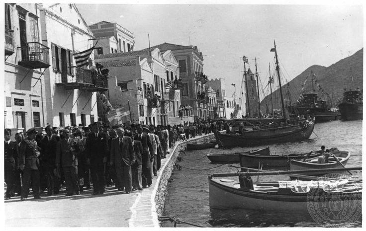 Επίσκεψη του Νικολάου Μαυρή στα Δωδεκάνησα πιθανόν την περίοδο της θητείας του ως πρώτος Γενικός Διοικητής Δωδεκανήσων.  Σύμη,  1948-1950  GENNADIUS LIBRARY ARCHIVES Photographs from the Historical Archives Nikolaos Mavris