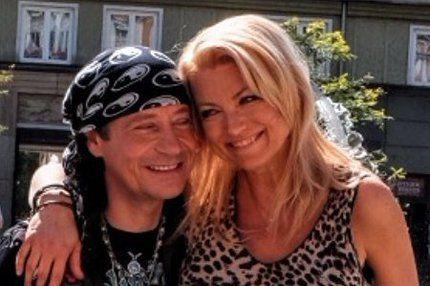 Přestože Eva Vejmělková (47) už před více než 17 lety pověsila herectví na hřebík, kvůli dvěma mužům teď udělala výjimku. Těmi chlapy jsou její manžel – režisér Dušan Rapoš (62) a hlavně herecký partner Pavel Kříž (55).