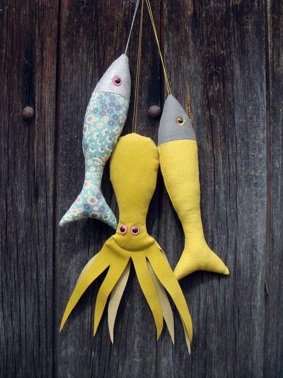 Poisson en lin moutarde et gris, à suspendre by Le Bazar©