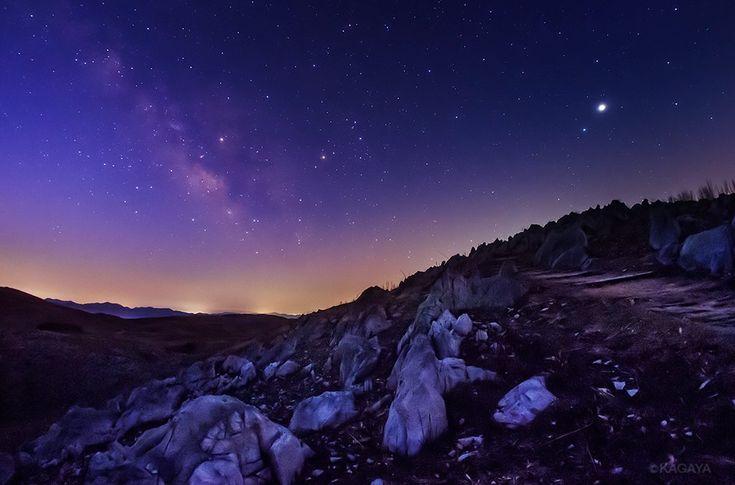 夜明けのカルスト台地に昇る天の川。 写真右上の明るい星は木星。中央がさそり座です。(今朝未明、山口県秋吉台にて撮影) 今週もお疲れさまでした。穏やかな週末になりますように。 pic.twitter.com/rXqfWuuwz7