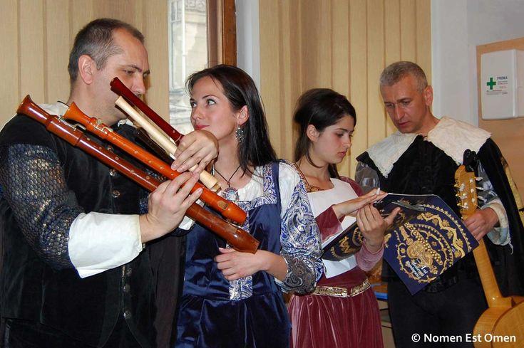 Aprilie 2012 a însemnat pentru Nomen Est Omen primul concert la Biblioteca Metropolitană Bucureşti.